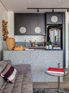 Quem não gostaria de poder contar com uma cozinha enorme em casa? Com bastante espaço para incluir uma ilha, muitos armários, eletrodomésticos de grande porte e, o detalhe principal, poder decorá-la como se fosse um ambiente de revista.....
