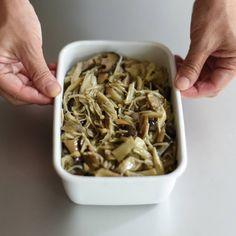 シンプルな味付けで「秋の味覚」を満喫できるレシピを、料理家フルタヨウコさんに全8話でご紹介いただいています。本日は常備菜としておすすめの「きのこのオイル蒸し」レシピ。お弁当はもちろん、パスタやグラタン