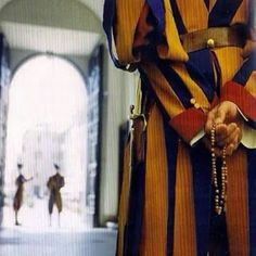 A Swiss Guard praying his Rosary while on duty. A GREAT example for young men and boys! Also, a terrific article on the Swiss Guards. Holy Rosary, Rosary Catholic, Catholic Prayers, Swiss Guard, Catholic Memes, Prayer Warrior, Mother Mary, Our Lady, Holy Spirit
