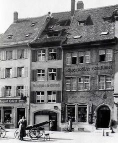 An der Südseite des Münsterplatzes. Foto 1944 https://www.facebook.com/HistorischesFreiburg/photos/np.1449211507173365.100002251567273/865523456871638/?type=3