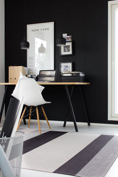 Home office with a black wall Office Workspace, Office Decor, Office Ideas, Office Setup, Home Office Design, House Design, Interior Design Living Room, Interior Decorating, Black Walls