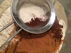 Skvělé plněné perníčky, které jsem určitě nepekla naposled. Uvnitř se skrývá marmeláda s povidly a celé jsou přelité kvalitní čokoládou. Autor: Kvietok278 Iron Pan, Griddle Pan, Cooking Recipes, Cakes, Author, Plum Jam, Top Recipes, Molten Chocolate, Tutorials