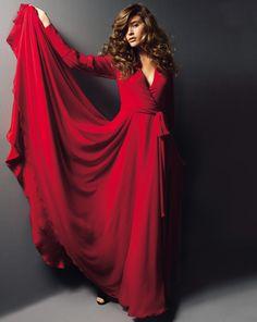 Nichts bringt weibliche Kurven so toll zur Geltung wie ein Wickelkleid! Auf dieses Traumexemplar aus Chiffon mit weiten Raglanärmeln wäre Sophia Loren sicher neidisch...