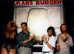 Rare and beautiful celebrity photos - Arnold Schwarzenegger and Paul Verhoeven on the set of Total Recall Arnold Schwarzenegger, King Kong, Os Goonies, Paul Verhoeven, Total Recall, Movie Shots, Retro Pop, Morning Pictures, Scene Photo