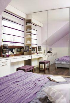 Przestrzeń sypialni została pomysłowo wykorzystana - zmieściło się tu wiele schowków. Ścianę naprzeciwko łóżka zabudowano szafkami i otwartymi półkami, pomiędzy które wkomponowano toaletkę. Przy bocznej ścianie stanęła natomiast szafa z lustrzanymi frontami.