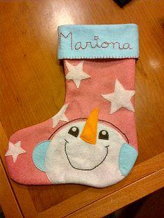 Un calcetin de navidad, con apliques de fieltro y el nombre bordado.