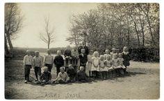 """Emry – Marias Morfar – havde efter sit ægteskab (1908) med sin første hustru Anna efterhånden været lærer i Asnæs nogle år. Asnæs var """"rigtigt ude på landet"""", som beskrevet i Emry lærer på Asnæs skole december 1907 – januar 1914. Han søgte derfor embede i en større by, hvor der var bedre forbindelse til omverdenen. Historien her omhandler Emrys tur i hestevogn fra Asnæs til Holbæk, hvor han skulle tilbage til sin gamle skole."""