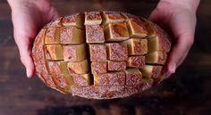 Het recept dat je hier ziet is eenvoudig en smaakvol, en zal zeker bij iedereen in de smaak vallen. Je snijdt het brood eenvoudig weg in blokjes in, voegt een paar simpele ingrediënten (kaas, boter …