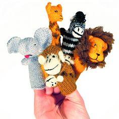 Auf in die Ferne! Wen manchmal das Fernweh packt, der freut sich sehr über die fabelhafte Geschenkidee nicht nur für Kinder. Die handgestrickten Fingerpuppen in Form von Löwe, Zebra, Affe und Co. beflügeln die Fantasie und vertreiben, auch auf Reisen, mit sehr viel Spaß die Zeit. Tolle Geschenkidee für kleine und große wilde Kerle!