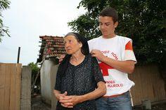 Rotkreuz-Hilfe nach dem Hochwasser in Rumänien. ÖRK/Czech T Shirts For Women, Tops, Fashion, Red Cross, Crosses, Moda, Fashion Styles, Fashion Illustrations, Fashion Models