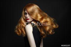 Póster Elegante de la mujer con el pelo rojo