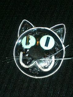 Broche, gato negro, capsulas Nespresso, botones