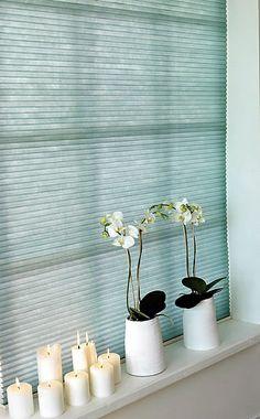niebieskie żaluzje plisowane - plisy - jasne aranżacje - rolety jak ze strony http://sklepzoslonami.pl/systemy-oslonowe/plisy.html