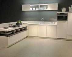 Witte moderne L-vormige keuken