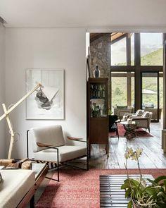 A sala de TV tem sofá e mesa de centro de Sergio Rodrigues. No canto, poltrona Annette, de Jorge Zalszupin (Etel), e luminária de piso Urbano, da Tomada, empresa do filho Henrique.