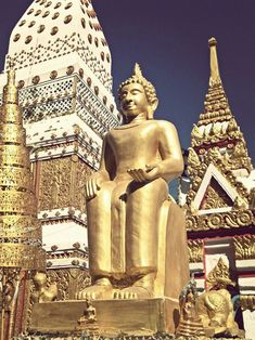 """Relax en Nakhon Phanom  """"La urbe, ciudad de montañas como refleja su nombre en sánscrito, es en realidad poco más que cuatro aplanadas calles flanqueadas por un tan clásico como enano mercado fronterizo y que basa su más o menos aceptación viajera en su relativa cercanía al sagrado That Phanom y sus esplendidas vistas sobre la margen oriental del Mekong, en Laos"""
