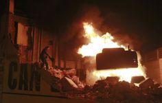 La excavadora que se encarga de la demolición del centro social, ardiendo durante los disturbios en Barcelona tras una manifestación contra ...