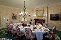 A place to banquet: A dining room in the home is decorated with pink tones, ivana trump home , Greenwih, Connecticut. Mansions For Sale, Mansions Homes, Luxury Mansions, Donald Trump House, Assurance Vie, Ivana Trump, Trump Home, Elegant Dining Room, Arquitetura