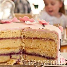 Dies ist jetzt das Rezept für die weiße Schokoladentorte nach Sacher Art, die ich auch als oberes Stockwerk dieser Kirschblüten-Motivtorte gebacken habe. Diese Torte lässt sich sehr gut als Unterla...