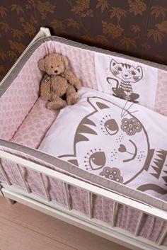 soulmate sengesett katt Roommate, Baby Cats, Toy Chest, Storage Chest, Toddler Bed, Barn, Kids Rugs, Retro, Interior