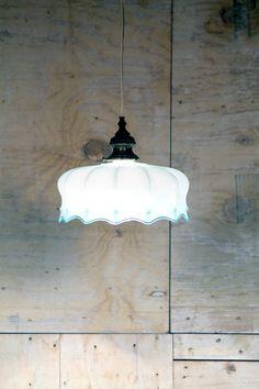 Lampadario in vetro opaline azzurro anni 20/30. Ragnetto superiore in ottone. Manca la catena. Acceso ha una bellissima intensità di colore e risaltano i particolari lavorati a mano. Funzionante.