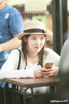 When you make joke in front bae while she busy playing phone. Irene Red Velvet, Wendy Red Velvet, Red Velvet Joy, Seulgi, Kpop Girl Groups, Kpop Girls, Wendy Rv, Girl Cakes, Korea Fashion