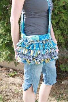 I LOVE this purse.  I have seen it in person.  I need to make me one.  I love this blog too.