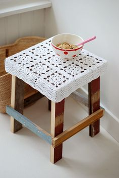 Taburete crochet Wood and wool stool white granny square stool Crochet Diy, Crochet Motifs, Crochet Home Decor, Crochet Squares, Love Crochet, Crochet Granny, Crochet Crafts, Crochet Projects, Diy Crafts