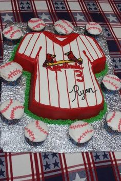 cupcakes or cake for baseball theme party