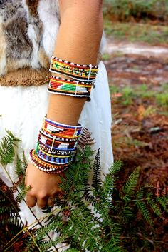Jewelry Crafts, Jewelry Box, Masai Jewelry, Bangles, Beaded Bracelets, Textile Jewelry, African Jewelry, Jewelry Trends, Necklace Set
