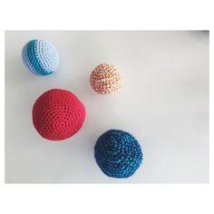 fasterstrik Min familie er en boldgal familie - så selvfølgelig skulle Theo have tonsvis af bolde!  Her er et lille udpluk af dem  #fasterstrik #babyboy #nevø #nephew #love #stylish #hækle #hæklet #hækling #virkar #hekle #hekleglede #crochet #crocheting #yarn #søstrenegrene #yarnaddict #instacrochet #boy #bold #crochetaddict #homemade #blue #theo #diy #hjemmelavet #bomuld #toy