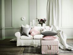 Um sofá, muitas almofadas.