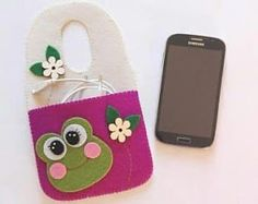 Mobile phone in felt with Frog mobile phone charger in felt felt with frog Felt Phone Cases, Indoor Crafts, Felt Crafts Diy, Diy Bags Purses, Felt Patterns, Cell Phone Holder, Felt Art, Ribbon Embroidery, Gifts For Kids
