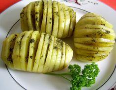 Reteta culinara Cartofi Hasselback din categoria Mancaruri cu legume si zarzavaturi. Cum sa faci Cartofi Hasselback Homemade Food, Delicious Food, Baked Potato, A Food, Potatoes, Drink, Baking, Ethnic Recipes, Beverage
