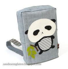 Sugestão para customizar sua mochila: um fofo panda de feltro.