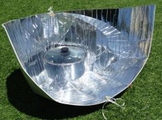 So you want to cook your food using sunlight? The Haines Solar Cooker can help. It is a lightweight cooker with a reflector made of metalized polyester. Green Magic Homes, Solar Cooker, Sailboat Living, Solar Oven, Pyrex Bowls, Sundial, Tiny House Plans, Alternative Energy, Solar Energy