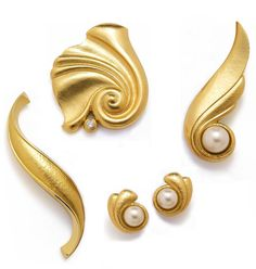 De Vroomen- GOLD COLLECTION Eminently wearable A selection of brooches and earclips, which emphasise the extraordinary malleabillity and beauty of gold. The technique of repoussé enables us to achieve dramatic volume without excessive weight.