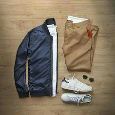 Camiseta blanco, pantalón crema, zapatillas blanco, abrigo azul