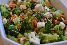 Broccoli salat Salad Recipes, Diet Recipes, Vegetarian Recipes, Healthy Recipes, Recipes From Heaven, Low Calorie Recipes, Feta, Food Inspiration, Broccoli