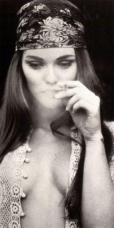 Vanessa paradis qui fume - Hippie style Look Hippie Hippie Style, Hippie Man, Hippie Love, Hippie Chick, Bohemian Gypsy, Modern Hippie, Hippie Girls, Punk Girls, Women Smoking