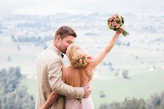 Ohhhh wie schön! Wir stehen auf Farbe und finden es toll, dass die entzückende Stephie in einem farbigen Hochzeitskleid Ja gesagt hat! Sag' du doch auch gleich ja zu ihrer lebensfrohen Hochzeit, los geht's!