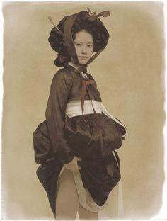 Kim Jungman - FONDATION LOO & LOU Korean Traditional Dress, Traditional Dresses, Japanese Outfits, Korean Outfits, Modern Hanbok, 2014 Fashion Trends, Korean Dress, Korean Art, Mode Style