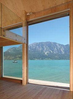 Eine kleine Empore erweitert die bescheidene Nutzfläche bis unters Dach, der Blick auf den See erhöht die Wohnqualität | Luger und Maul Architekten © Edith Maul-Röder, Wels