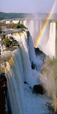 Cataratas do iguaçu, Brasil: ao longo de 2,5 km, Mais de 270 cachoeiras caem de 80 m de altura. Chutes d'Iguazu, Brésil: Sur une longuer de 2,5 km, plus de 270 chutes d'eau tombent de 80 m de hauter.