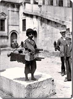 Eminonu Yeni Camii 1930'lar. Kucuk boyaci... (Eminonu / Istanbul 1930, New Mosque, shoeshine boy )