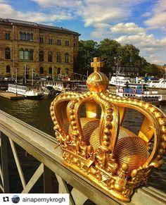Det er helt konge å dra på tur. #reiseblogger #reiseliv #reisetips  #Repost @ainapernykrogh with @repostapp  Jeg har kjøpt meg en krone og satt den på hodet. Nå er jeg konge jeg kan ikke tro det!  Golden crown on Skeppsholm bridge Stockholm  #skeppholmsbron #stockholm #tbt#fraarkivet#holiday #vacationmemories