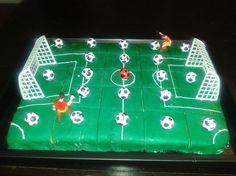 Een+prachtige+voetbal+traktatie! Bak+een+cake+in+een+bakplaat.+Af+laten+koelen+en+dan+bedekken+met+groene+rolfondant+(Xenos).+Vervolgens+lijnen+tekenen+met+een+schrijfstift+(Dr.+Oetker).+De+doeltjes+en+poppetjes+had+ik+toevallig+nog,+maar+kan+ook+zonder.+De+voetballetjes+(Hema)+vervolgens+er+opplakken,+eventueel+met+de+schrijfstift.+Daarna+in+de+koelkast+hard+laten+worden!+