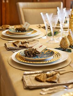 WSH loves the gold accents for chic dinner. Via traditional home.