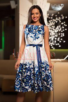 Rochie alba imprimeu floral bleumarin  rochie trei sferturi de vara rochie eleganta de zi fara maneca se inchide cu fermoar intr-o parte dublura alba imprimeu floral bleumarin pliuri ce pornesc din talie in jos accesorizata cu un cordon bleumarin in talie material: 95% bumbac si 5% elastan lungime: 80 cm de la subrat in jos produs fabricat in Romania!  Rasfata-te inPuff cu cele mai frumoase si elegante rochii de zi!