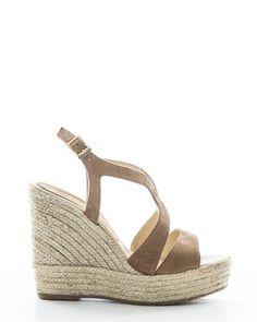 Suéde sandaal met sleehak van Billi Bi. De sandaaltjes hebben een verstelbaar bandje om de enkel en een fijne pasvorm. Kleur: Beige suéde Hakhoogte: 12 cm  $165.00